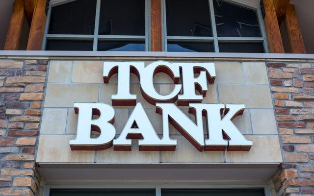 銀行は人種差別の和解から小切手を預けようとしている黒人男性に警官を呼び、それ自体に新たな新しい訴訟を勝ち取る