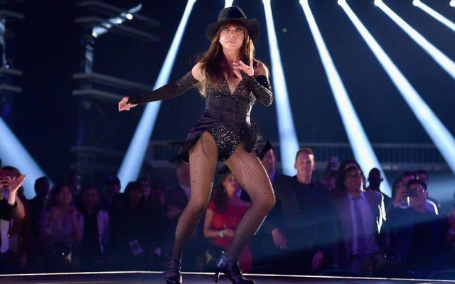 Paula Abdul balla, conduce un'audizione a sorpresa per il prossimo Oddjob di Bond ai Billboard Awards