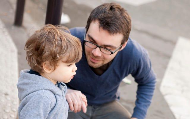 愚かな行動をしている人として幼児に説明された不快な人間の行動の全体