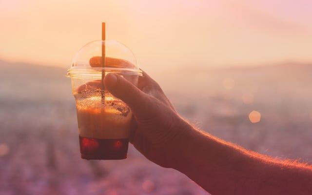 大胆な夏の午後のピックアップ、炭酸コーヒーを楽しんでください