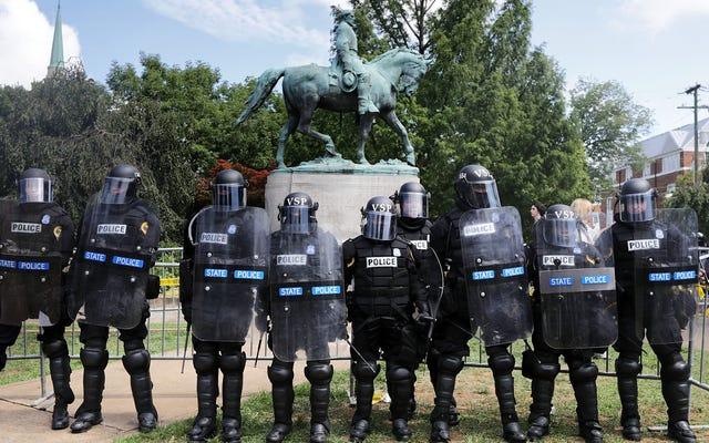 レポートは、バージニア州シャーロッツビルへの弱い警察の対応を呼びかけ、抗議し、妨害を主張している