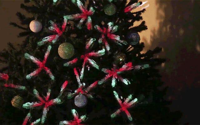 Un proyector de video es una forma increíble de decorar un árbol de Navidad