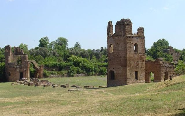 イタリアは歴史的建造物を要求した人に配っていますが、欠点があります