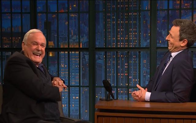 In Late Night With Seth Meyers per parlare di Python, John Cleese è scontrosamente delizioso, deliziosamente scontroso