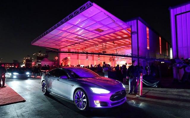 Илон Маск говорит, что ресторан Rockin 'Drive-In, катание на роликах и театр прибывают на станцию Tesla Supercharger