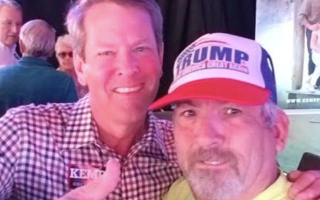 ブライアン・ケンプとの写真のためにステイシー・エイブラムスのキャンペーンポーズを脅かした白人至上主義者