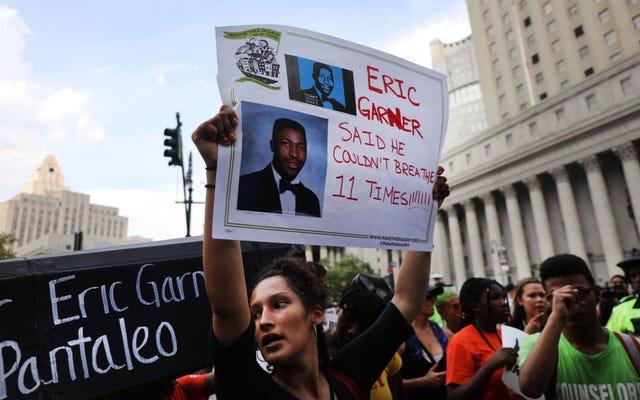 Le NYPD suspend un officier qui a tué Eric Garner après que le juge ait recommandé qu'il soit renvoyé