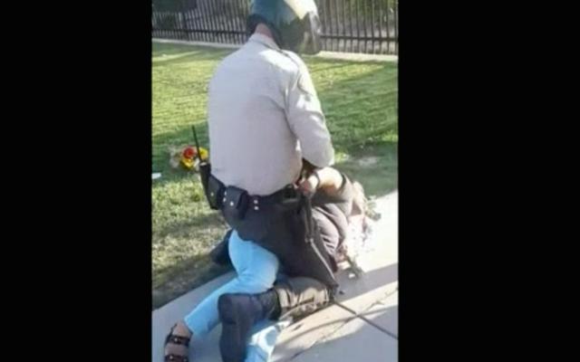 แคลิฟอร์เนียหญิงขายดอกไม้ใกล้จบการศึกษาระดับมัธยมปลายถูกลากลงพื้นถูกจับเพราะเธอไม่มีใบอนุญาต