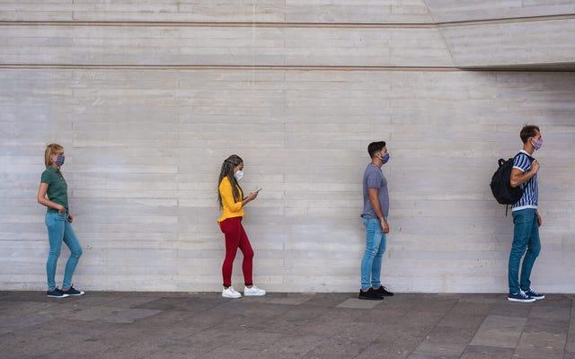 物理的な距離を置くために必要な6フィートを目で確認する方法