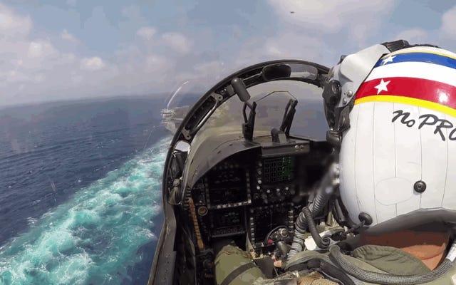 250 km / hでの航空機運搬船へのF / A-18の壮観で正確な着陸