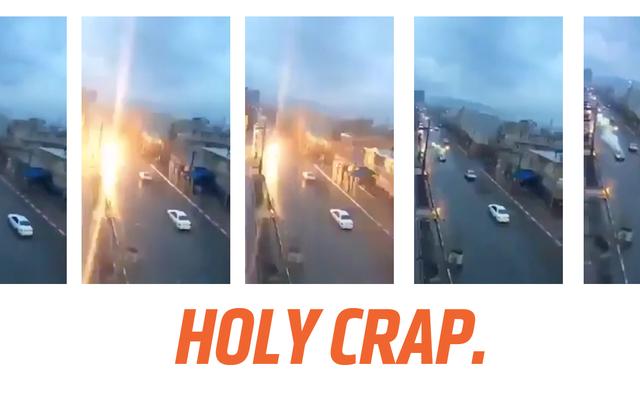 神を怒らせないように注意するために、この移動中の車が落雷に見舞われるのを見てください