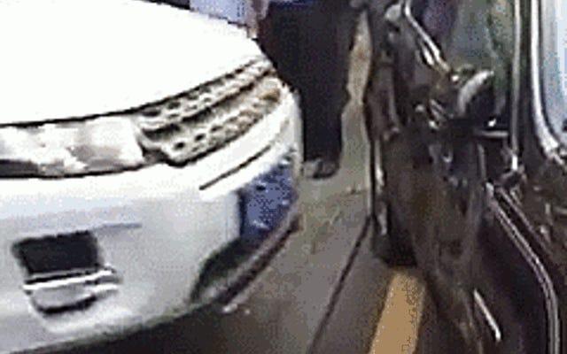 Un conducteur de Range Rover en colère s'écrase à plusieurs reprises contre une Jaguar en litige pour de l'argent