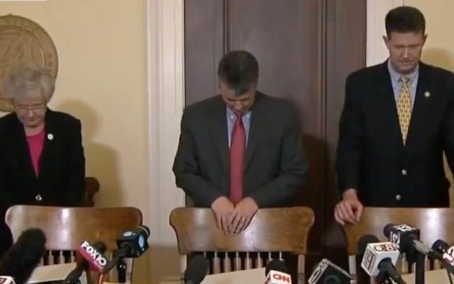 アラバマ州の共和党員がロイ・ムーアの人種差別的な有権者をめぐって祈る-詐欺訴訟。神は答える、「ロイ、バイ」