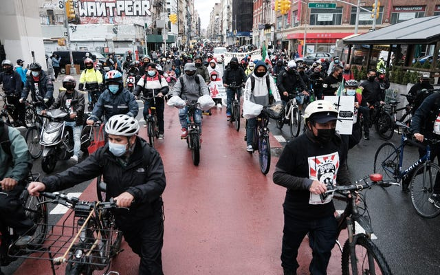 Нью-Йорк стал первым крупным городом, который ввел минимальную защиту для работников службы доставки еды