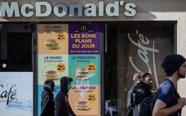 फ्रांसीसी मैकडॉनल्ड्स के कार्यकर्ताओं ने इमारत को जब्त कर लिया और इसे एक खाद्य बैंक में बदल दिया