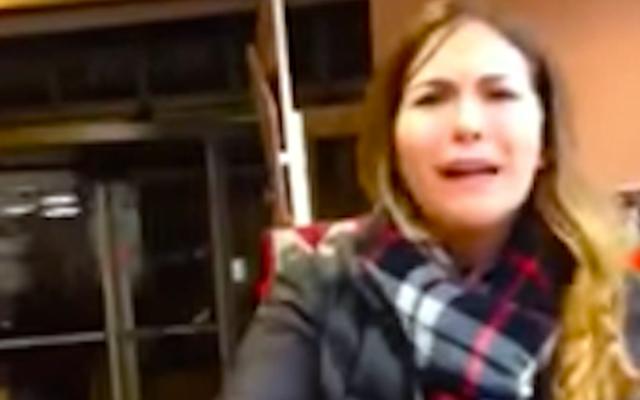 """"""" J'ai voté pour Trump """" : une femme blanche s'effondre après que des travailleurs lui aient demandé de payer son sac"""