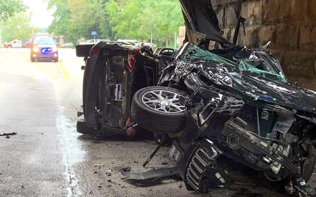 Un infame puente bajo en Pensilvania acaba de destruir dos coches en el envío