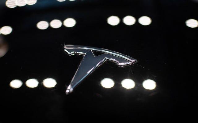 Tesla Model 3 z aktywowanym autopilotem zderza się z dwoma zaparkowanymi samochodami na Florydzie