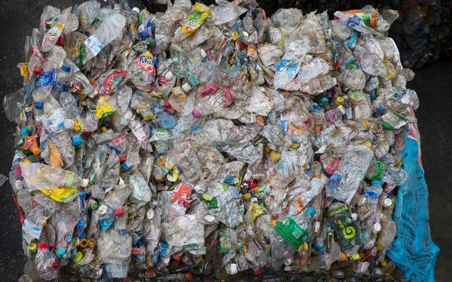 科学者たちは、無限にリサイクル可能なプラスチックを作り上げたと言います