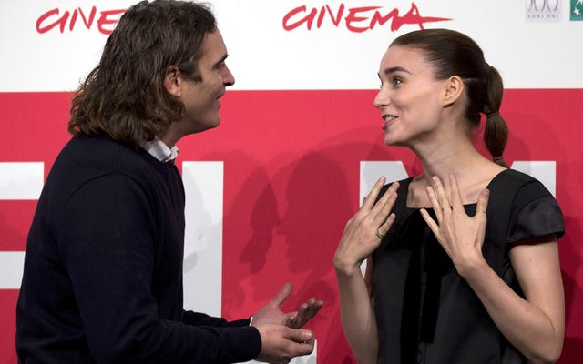 Rooney Mara et Joaquin Phoenix sont amoureux et ont même le même goût en mariage (`` Too Mainstream '')