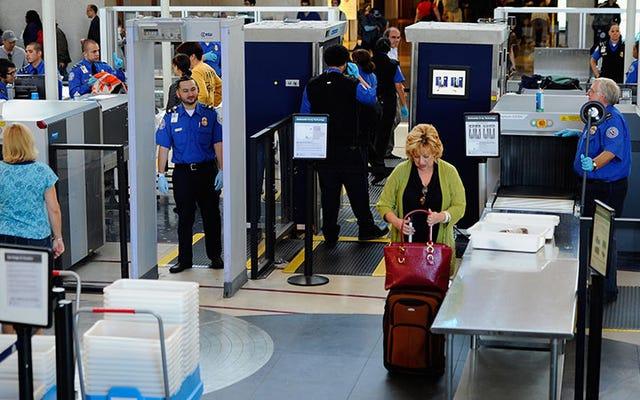 忘れられた客室乗務員が彼女の靴、LAXで60ポンドのコカインを残します