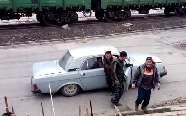 देखो एक पागल छोटे सेडान से उगाए गए रूसियों का एक पूरा झुंड!
