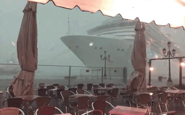 巨大な遠洋定期船が霧の中から現れ、ヴェネツィアのドックにほとんど衝突する
