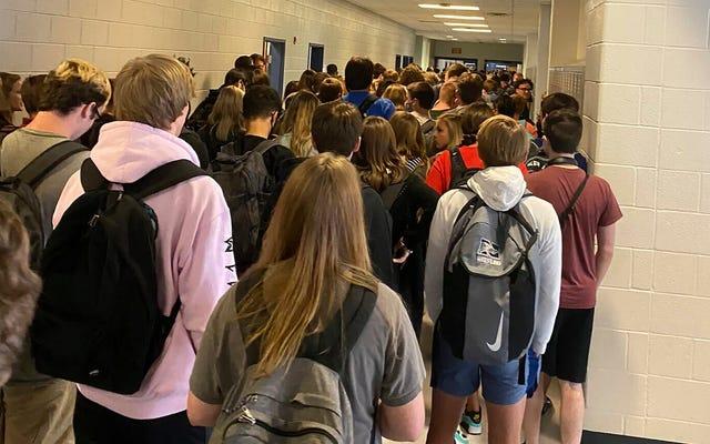 そのウイルス写真で紹介された満員の高校はすでにコロナウイルスの発生に直面しています