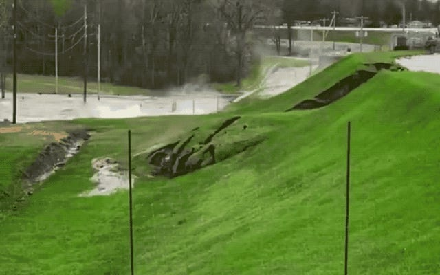 ミシガンダム崩壊ビデオは、土工の失敗の「古典的な」例を示しています