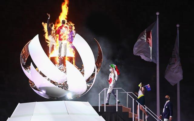 輝くオリンピック聖火の光景に引き付けられた後、数十人のアスリートが焼却された
