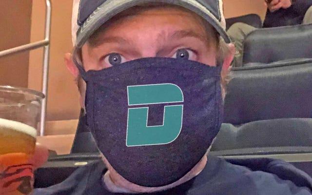 ビールブレスマスクは本物です:MSGへの私の旅行は、COVID中の屋内スポーツイベントでの実際の様子を示しています