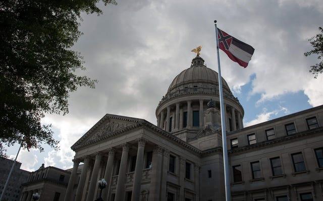 Dans la grande tradition des mecs blancs du Mississippi, le haut responsable des élections du Mississippi plaide publiquement pour la suppression du vote `` réveillé ''