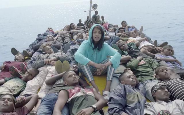 MIAは「国境」の印象的なビデオで難民の旅を追う