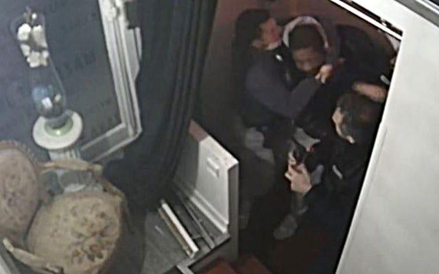 フランスが記録警察を違法にするために動いたときに記録された黒人男性の殴打で起訴された4人のパリ警察官
