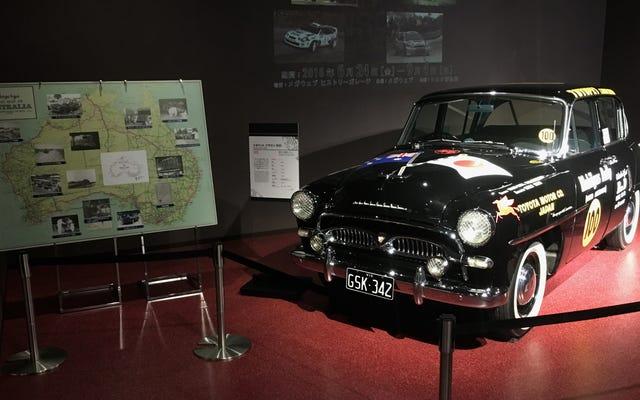 日本のショッピングモール内の歴史的な車のこの素晴らしいコレクションを見てください