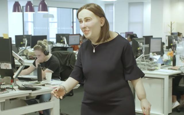 Эмма, офисный работник будущего, кажется очень дружелюбной