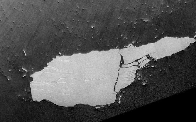 世界最大の浮遊氷山が崩壊し始めている