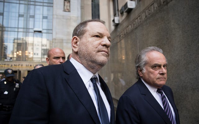 検察官はハーヴェイ・ワインスタインに対する6つの刑事告発のうちの1つを取り下げます