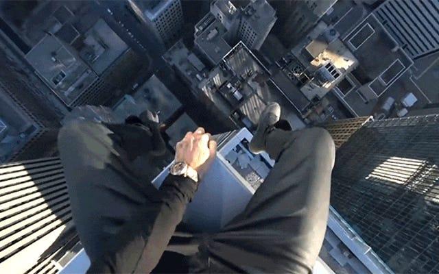 この男が建物の端に座って回転するのを見るのはとても神経質です