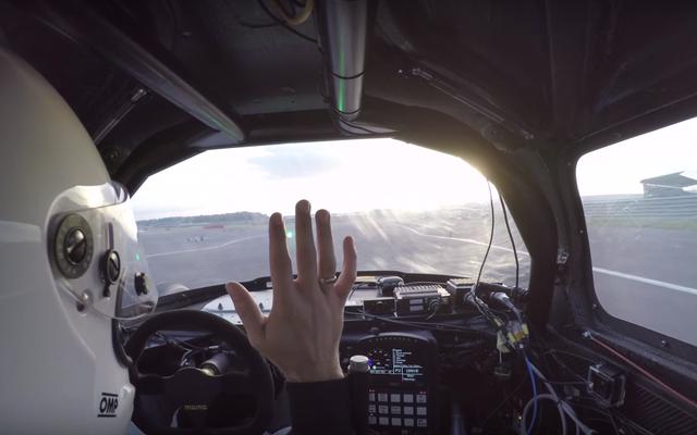 Montar en un auto de carreras autónomo parece absolutamente aterrador