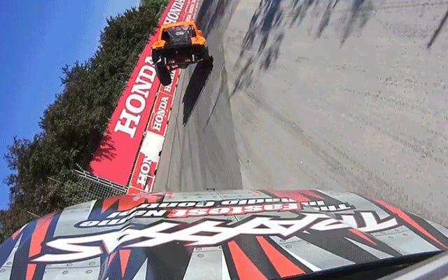 Beobachten Sie, wie zwei Stadium Super Trucks beiläufig eine halbe Runde auf zwei Rädern fahren