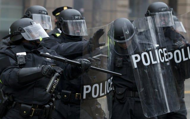 Демонстрант, арестованный на инаугурации, описывает, что его держали на улице 8 часов