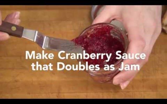 एक क्रैनबेरी सॉस बनाएं जो एक जाम के रूप में डबल्स करता है