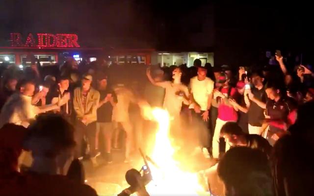 法と秩序は私たちと燃えるようなライムスクーターを持つNCAAファンの間に立っている唯一のものです
