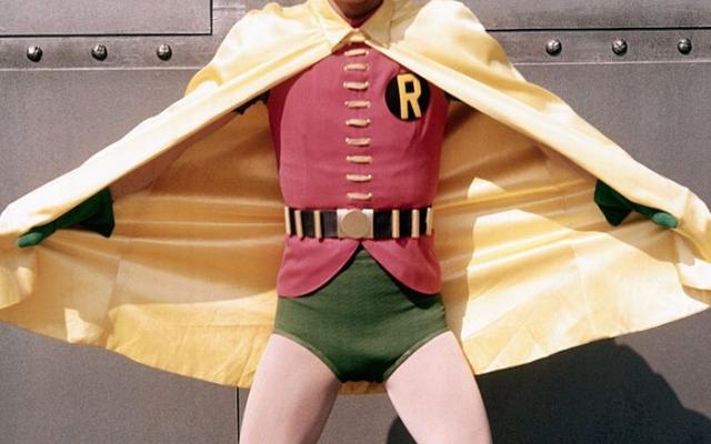 Aktor Batman Burt Ward Mengklaim ABC Memberinya Pil untuk Mengecilkan Penis Superheroiknya