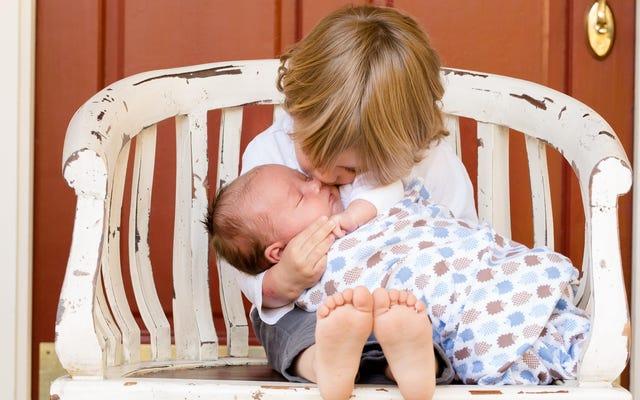 Persiapkan Anak Anda untuk Saudara dengan Boneka Bayi