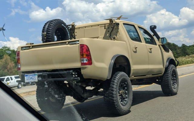 Découvrez ce Toyota Hilux militarisé et ses poignées de porte étranges