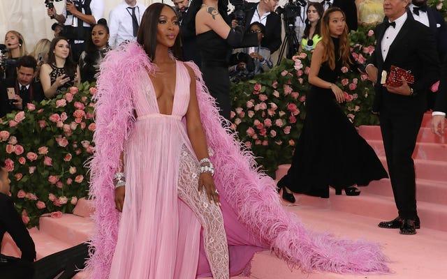Naomi Campbell membawa seorang pria ke Met Gala hanya untuk mengipasi gaunnya