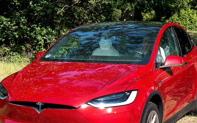 टेस्ला ने कार की खिड़कियों को बंद करने के लिए उपयोगकर्ता की त्रुटि को जिम्मेदार ठहराया, मालिक का जिंदा दम घुट रहा था