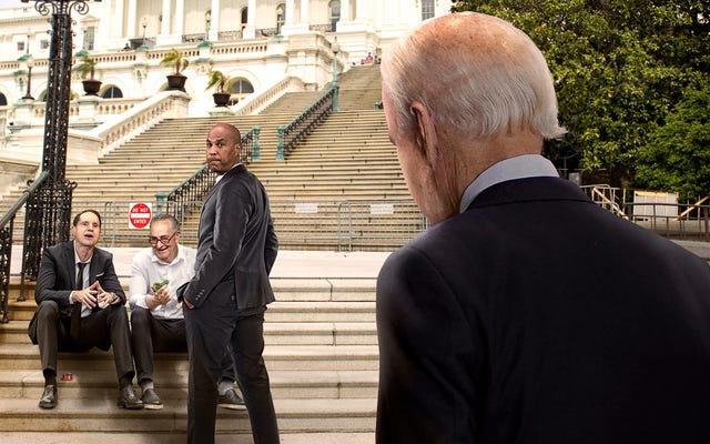 Нервный Байден мчится мимо пугающего круга сенаторов, курящих травку на ступенях Капитолия